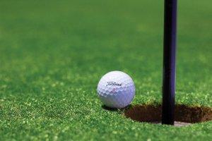 Titleist golfbold tæt på hul