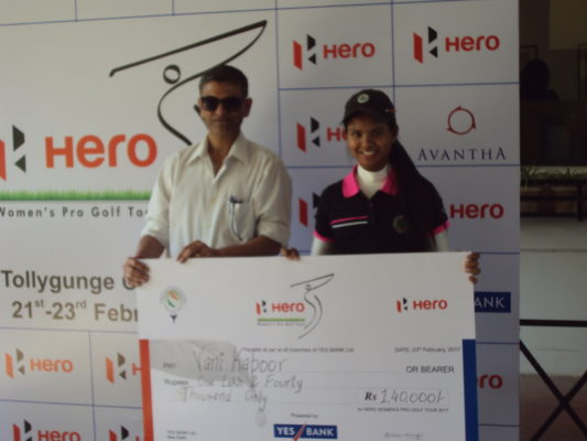 Vani with the winning cheque for 4th Leg