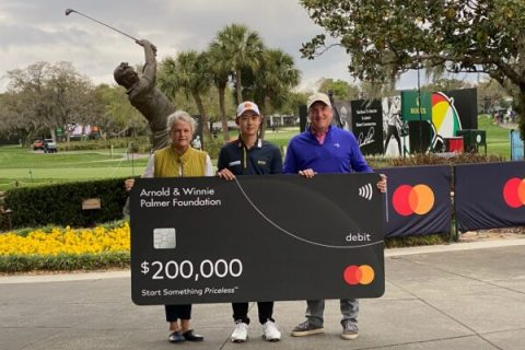 Jazz Janewattananond with a mock cheque after his hole in one. Credit PGA TOUR