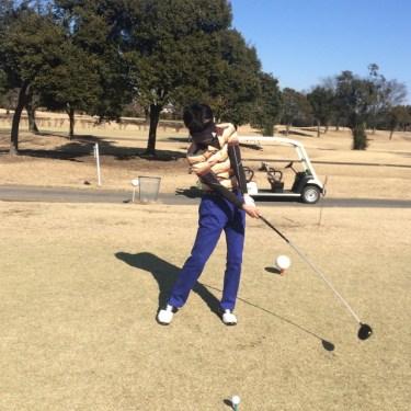 ゴルフインパクトで右肩は下げるのではなく下がるのが特性!