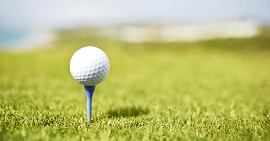 ティーアップしたゴルフボール
