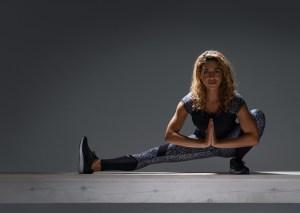 Kvinna som tränar i kläder från Daily Sports
