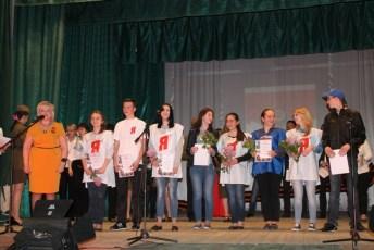 Ирина Ислямова награждает молодогвардейцев в Доме культуры