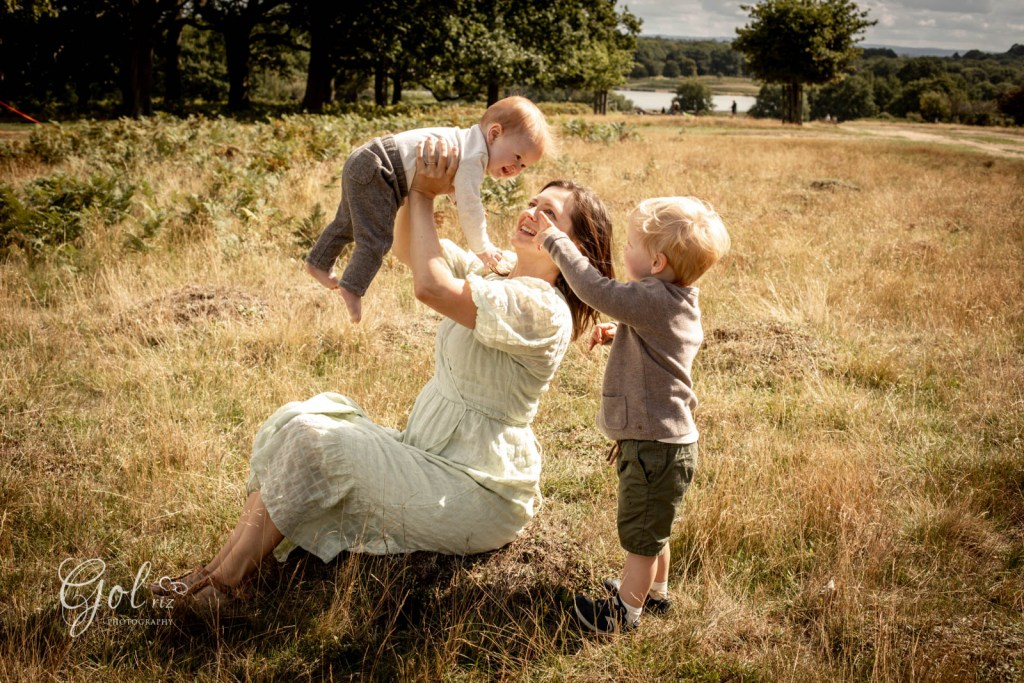 Family photoshoot in a park with a baby and a toddler
