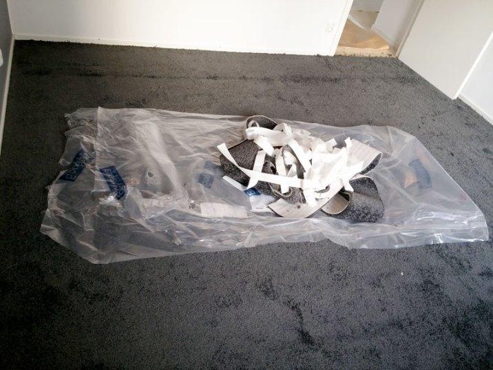 Använder mattans skyddsplast som soppåse