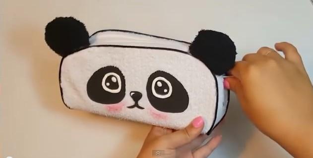 Cartuchera de goma eva con forma de oso panda 1