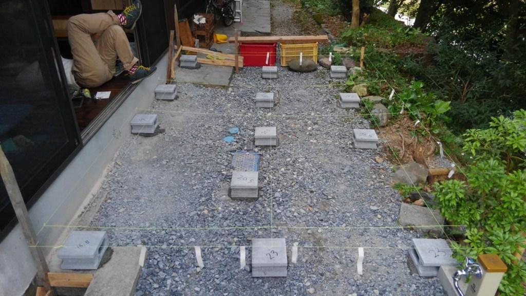 コンクリートブロックを並べて土台を作成していきます。