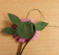 A levelek rögzítése a virágon (2.)