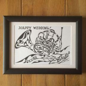 夫婦二人に共通する楽器ホルンとそれを支え合う手をモチーフにしたアートな絵の結婚祝い