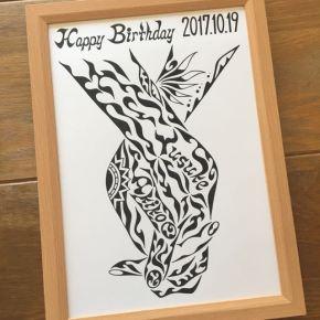 誕生日のプレゼントに!カップルの「繋ぐ手」がモチーフの名前の入ったオーダーメイドの絵の贈り物