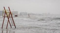 Pe timp de furtună, Marea Neagră înaintează mult pe uscat. FOTO Cătălin Schipor