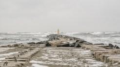 Valurile puternice se lovesc furioase de digurile de protecție. FOTO Cătălin Schipor