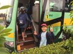 スクールバスに乗る子ども