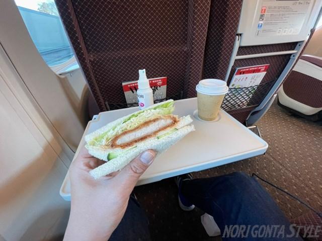 グリーン車でカツサンド食べる