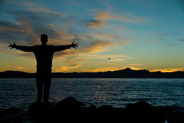 Gonzalo en el amanecer, relajandose, relajación, meditar, meditación, ansiedad, estrés