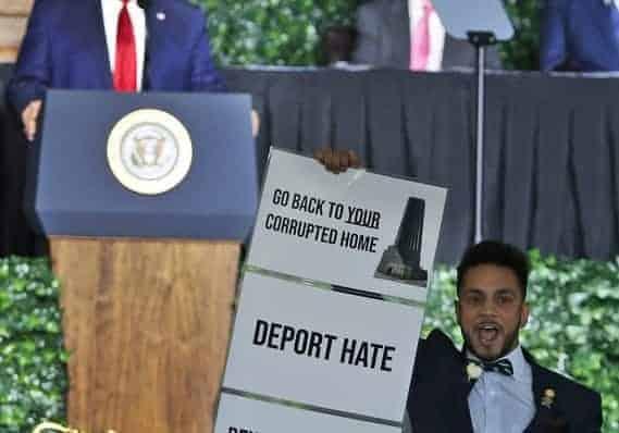Nin joojiyey khudbad uu jeedinayey Madaxweyne Trump & Boor uu kala hortegay.