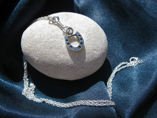 Lucky horseshoe necklace - a gift with meaning for everyone