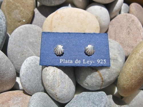 Scallop shell earrings to wish safekeeping