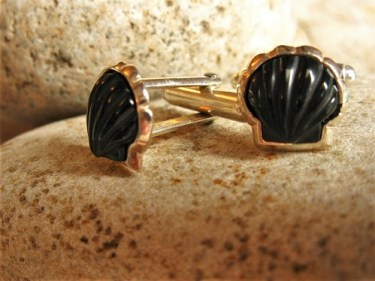 Scallop shell cufflinks with jet