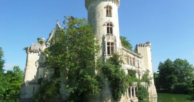 9,000 strangers unite online to save an abandoned 13th-century French castle