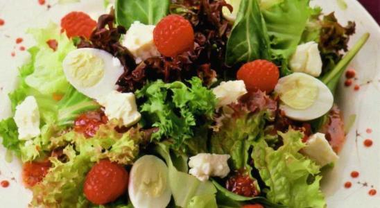 Салат с перепелиными яйцами и малиной