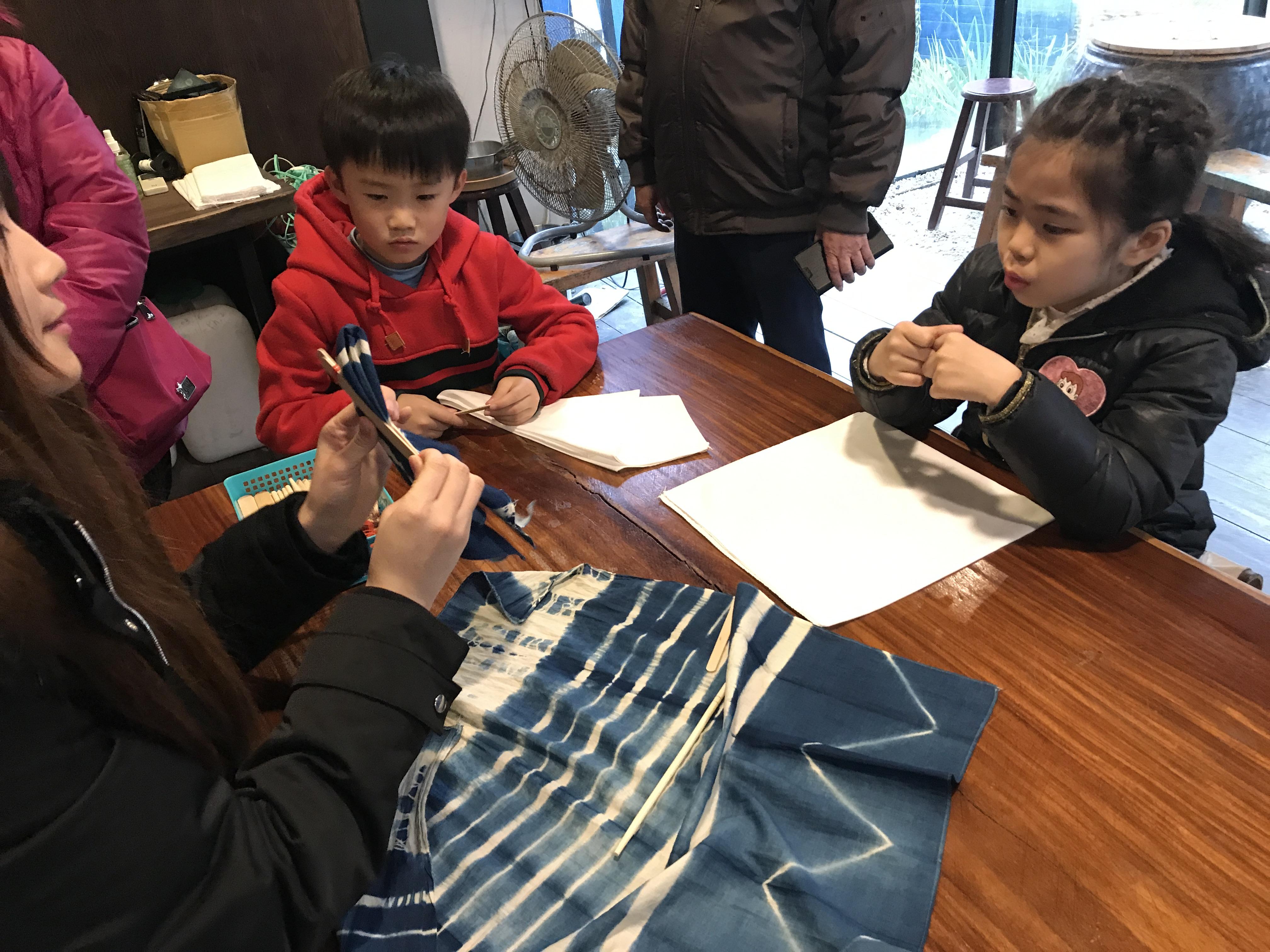 卓也藍染傳藝店 – 帶著孩子動手做藍染。