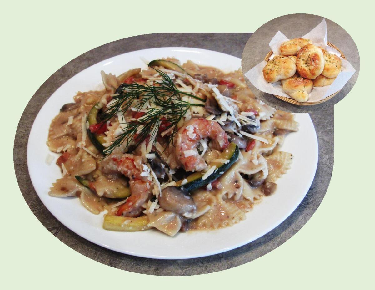 Veggie Shrimp Pasta w/ Garlic Knots