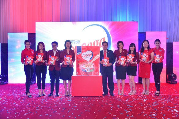 LAUNCH OF NESTLÉ OMEGA PLUS® MILK WITH OATS L – R: 1.Model 2.Cher Siew Wei, Corporate Wellness Manager, Nestlé Malaysia 3.Khoo Kar Khoon, Communication Director, Nestlé Malaysia 4.Ng Su Yen, Business Executive Manager, Milks, Nestlé Malaysia 5.Chew Soi Ping, Executive Director, Sales, Nestlé Malaysia 6.Chris Chan, Consumer Marketing Manager, Nestlé Malaysia 7.Alesha Mah, Brand Manager, Nestlé Malaysia 8.Evelyn Yoong, Innovation and Renovation Manager, Nestlé Malaysia 9.Model