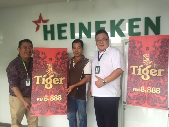 Winner from Gelugor Tan Peng Chong flanked by with Regional Sales Manager Heineken Malaysia Kenny Khoo and Senior Sales Representative Heineken Malaysia Garry Wong.