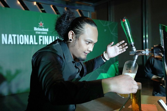 Daimler Kenn Cagas delivering the Heineken® 5-step Perfect Pour during the tie-breaker round of the Heineken® Star Serve National Finals 2017.