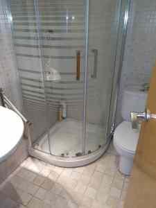 Instalación de mampara de ducha en piso de Calafell