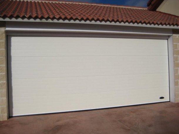Instalación de puerta seccional en puerta de garaje en Vendrell