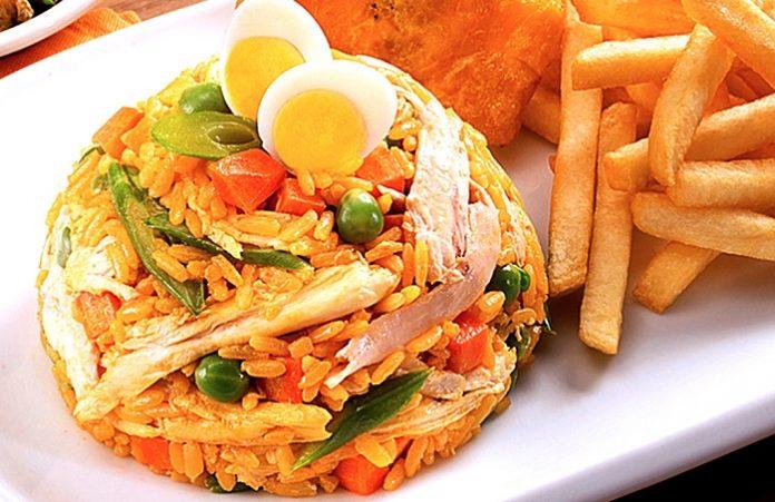 Arroz con pollo colombiano y papas fritas - Cómo hacer Arroz con Pollo Colombiano