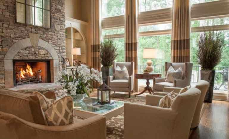Interior Ruangan Dengan Sofa dan Tempat Perapian batu