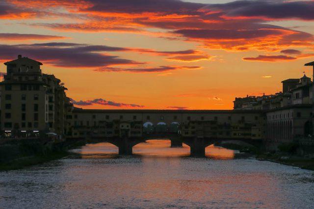 Florence attracties Ponte Vecchio zonsondergang van achteren