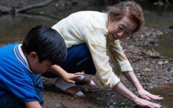 《夢想之地》外婆帶大衛到溪邊種植水芹