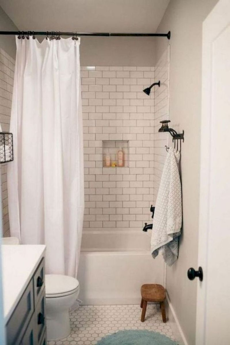 44 Suprising Farmhouse Bathroom Shower Decor Ideas And Remodel (35)