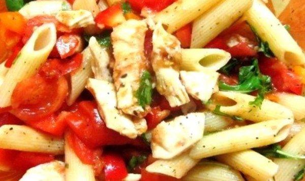 Простой Рецепт теплого салата из пасты, курицы и шпината ...
