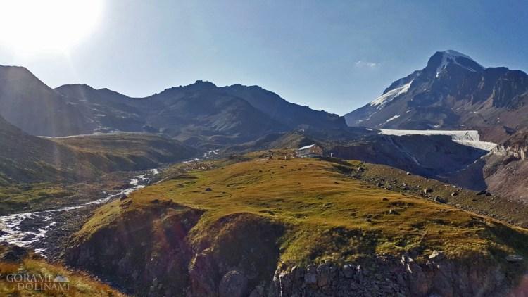 Altihut i Sabardze, w tle Kazbek