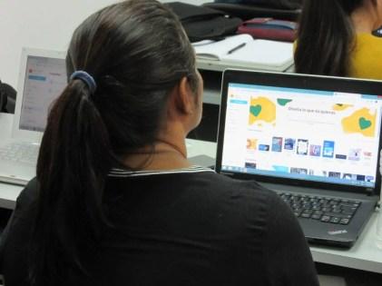 Participante diseñando su presentación en Canva