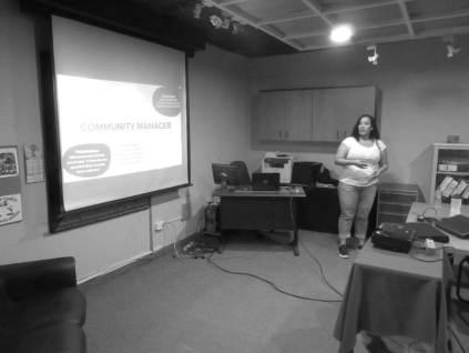 Aura Brito explicando las tareas del Community Manager