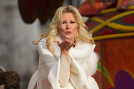 Sandra Lee blows a kiss to the photographer in the 90th Macy's Thanksgiving Day Parade in New York, Thursday, Nov. 24, 2016. (Gordon Donovan/Yahoo News)