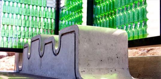 В США построили автобусную остановку из стеклянных бутылок и солнечных батарей. Фоторепортаж / ГОРДОН