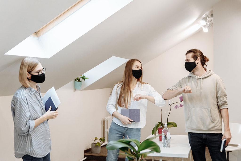 Дистанцирование и маски из-за пандемии коронавируса в раобте стали обычным делом.