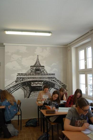 sala - język francuski - na ścianie dzieło uczennicy