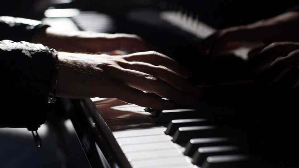 The piano or the keyboard which is far better to learn