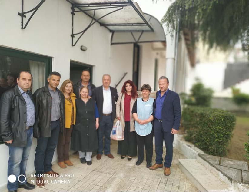 "Tην Πυροσβεστική Υπηρεσία και το Γηροκομείο Πρέβεζας, επισκέφθηκε ο Υπ. Δήμαρχος Βαγγέλης Ροπόκης, συνοδευόμενος από υποψήφιους του συνδυασμού ""Δημοτική Ανατροπή""."