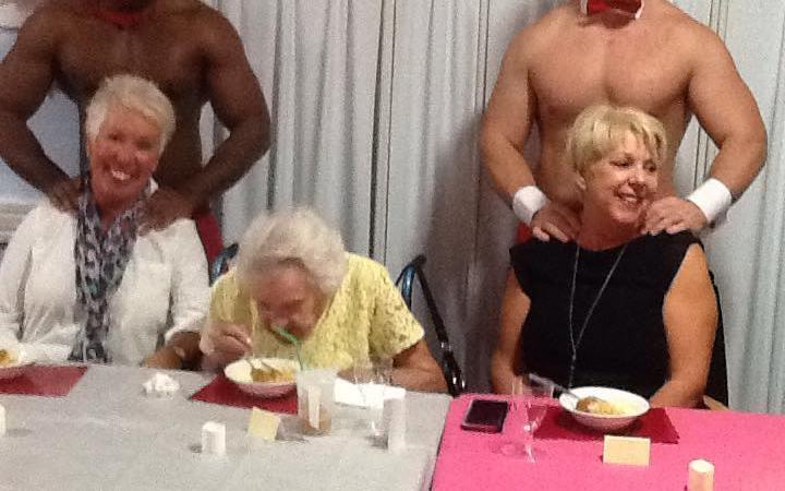 Среќни бабички: Старечки дом по барање на станарките најмил голи батлери