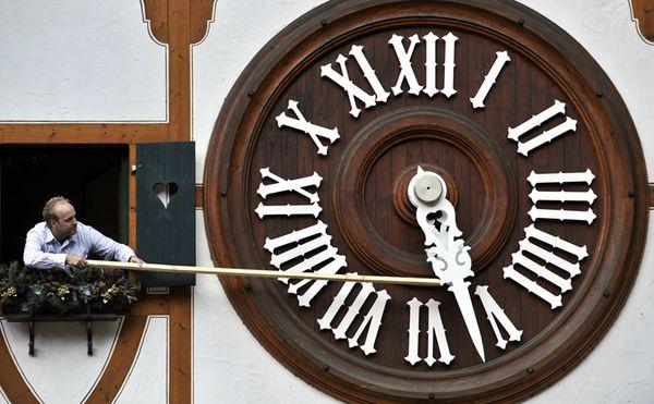 101104-daylight-saving-time-changing-clock_28349_600x450