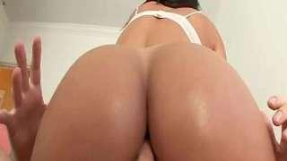 Morena gostosa da bunda grande fazendo anal com dotado